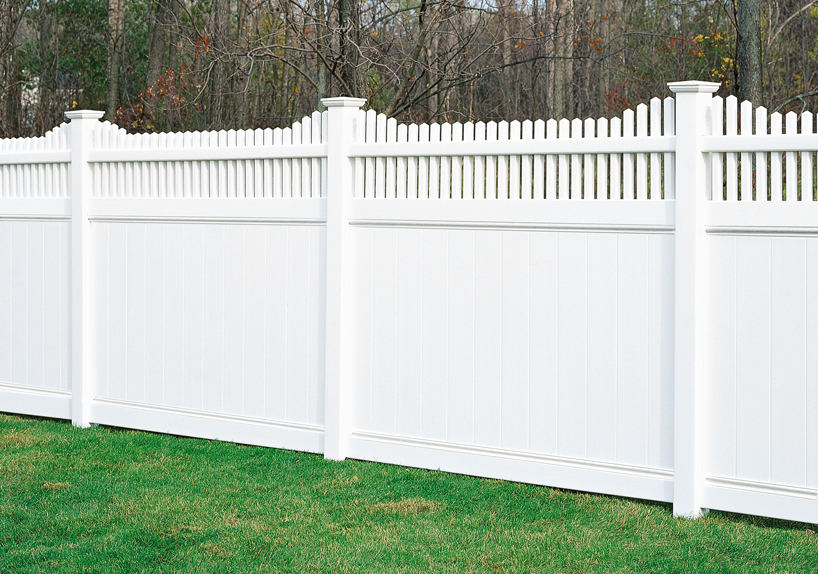 Scalloped top picket privacy fence